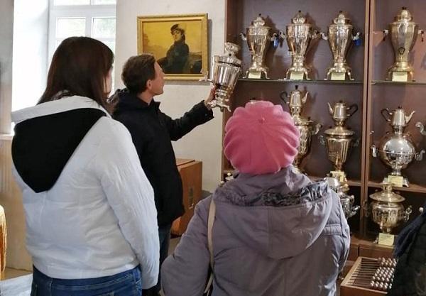 Осужденные УФИЦ КП-2 УФСИН России по Алтайскому краю посетили выставку самоваров в музее истории Алтайской духовной миссии.