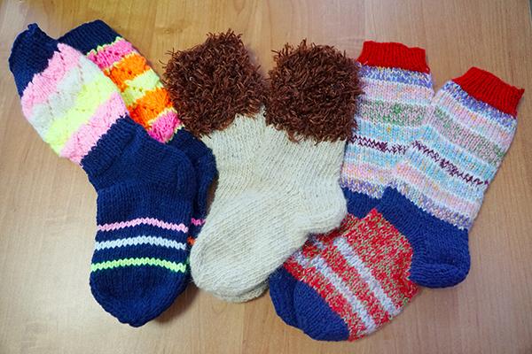Осужденные ИК-11 УФСИН России по Алтайскому краю связали шерстяные носки для детей, оставшихся без попечения родителей.