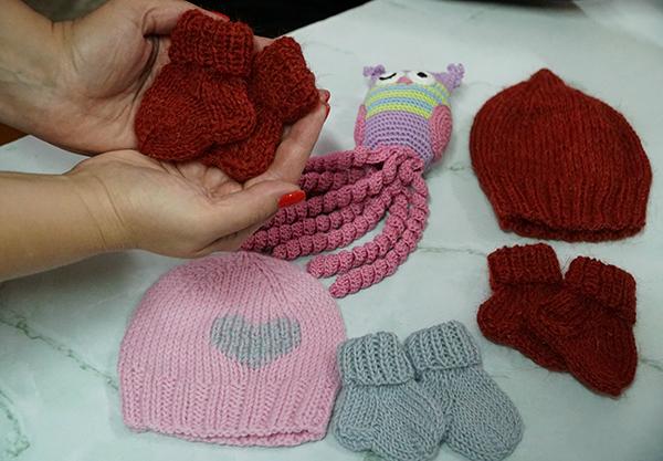 В рамках проекта осужденные будут вязать одежду для детей, находящихся в отделениях неонатологии больниц Алтайского края – недоношенных ребятишек и рожденных с патологиями.