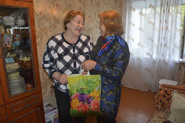 Сотрудники УФСИН России по Алтайскому краю с подарками посещают ветеранов уголовно-исполнительной системы.